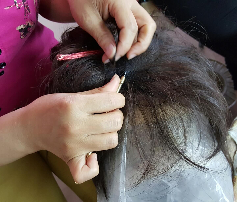 ウィズのかつらは、一つ一つ手作業で丁寧に植毛。